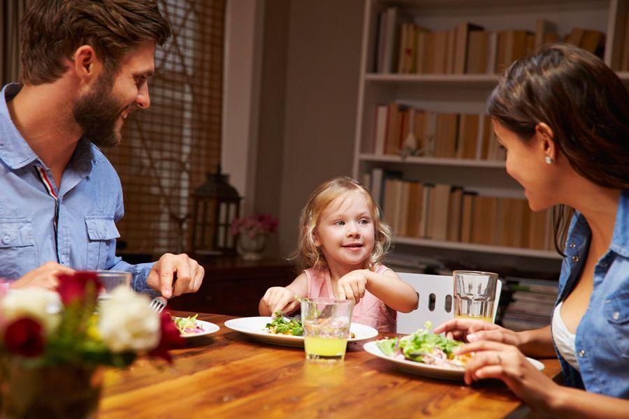 Cinc consells per ensenyar a menjar bé als nens
