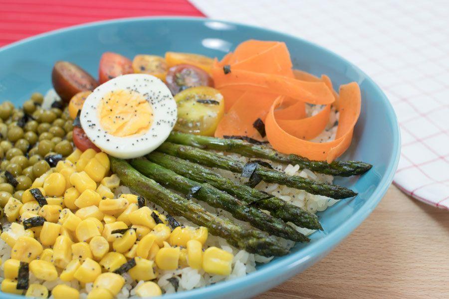 bowl con verduras de primavera
