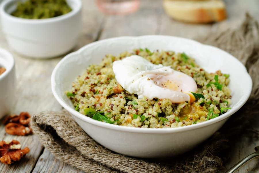 Salteado de verduras de primavera, arroz, quinoa y huevo poché