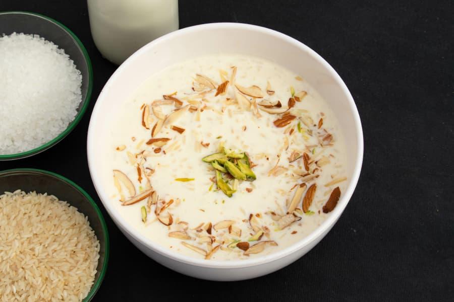 Postre de verano: arroz basmati con leche frío, con fruta seca y pistachos